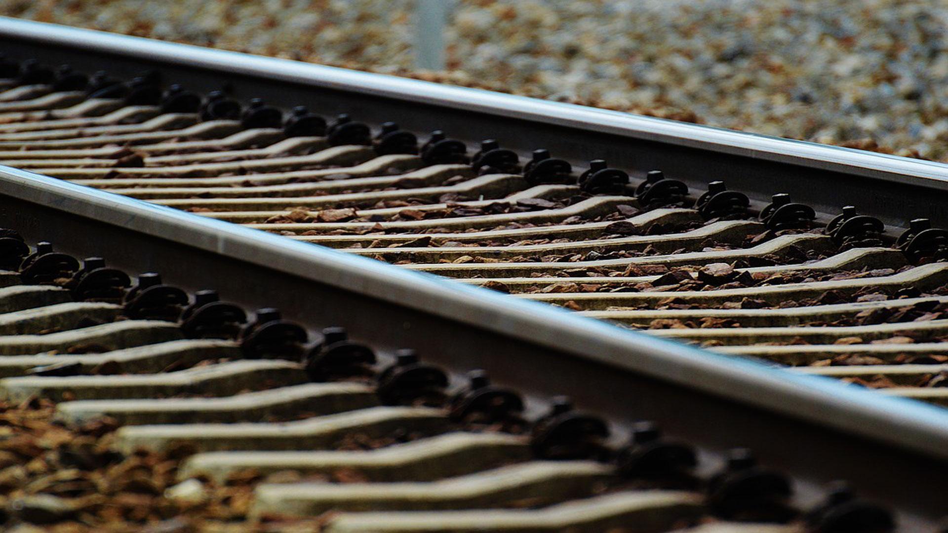 Un-tren-con-rocas-y-cemento-para-almacenar-electricidad-1920